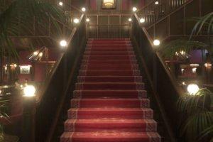 コンダーハウス 赤絨毯